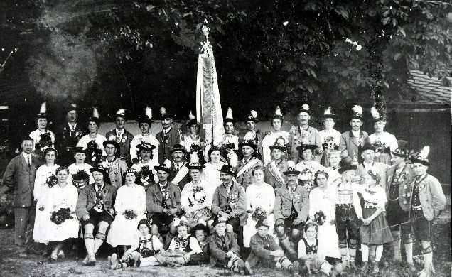Vereinsfoto bei der ersten Fahnenweihe am 15. Juli 1923